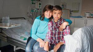 Anton (14) mit seiner Mama Svetlana in der Berliner Charité