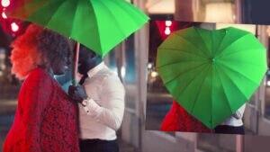 """Ersteigern Sie diesen Regenschirm aus dem Video zu """"Dancing In The Rain"""""""