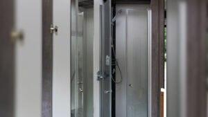 Das abtrennbare Raumbad verfügt über eine ebenerdige Dusche